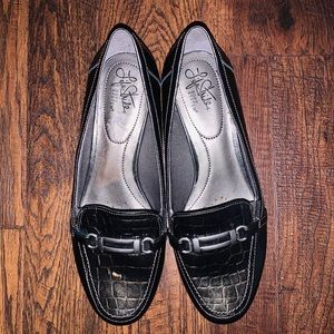 LIFE STRIDE CHARCOAL BUCKLE FLATS